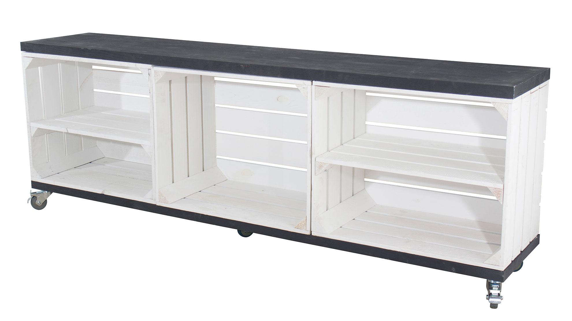 TV Schrank aus 3 weißen Obstkisten mit 2 Bohlenbrettern in schwarz auf Rollen, 150x53x30