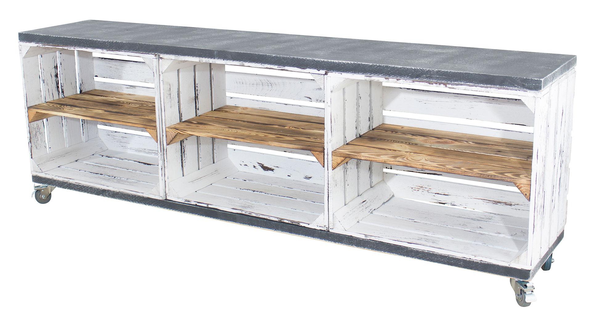 TV Schrank aus 3 shabby weißen Kisten mit geflammten Mittelbrett und 2 Bohlenbrettern in grau vintage auf Rollen, 150x53x30