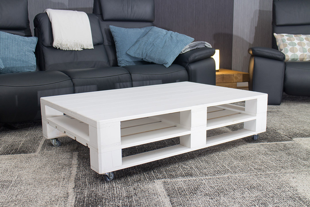 restposten m bel couchtisch aus wei em palettenholz auf rollen 120x80cm obstkisten. Black Bedroom Furniture Sets. Home Design Ideas