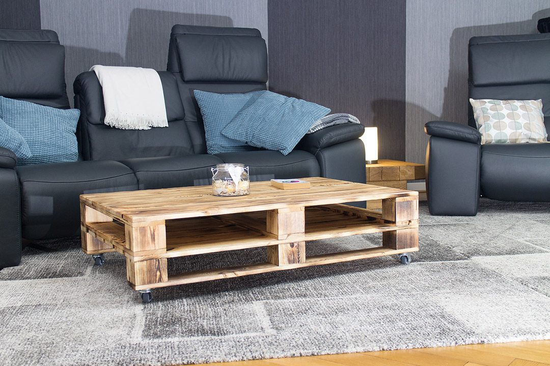 palettentisch couchtisch aus geflammtem palettenholz auf. Black Bedroom Furniture Sets. Home Design Ideas
