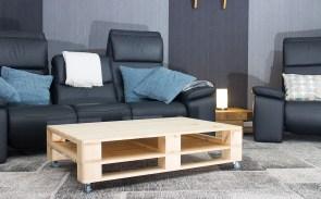 restposten m bel couchtisch aus hellem palettenholz auf rollen 120x80cm obstkisten. Black Bedroom Furniture Sets. Home Design Ideas