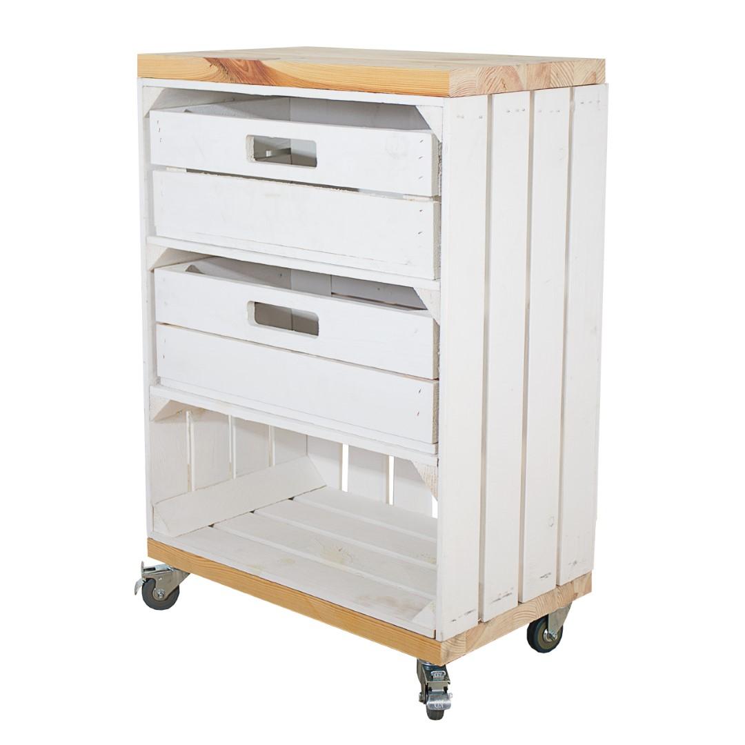 Regal aus einer hohen weißen Obstkiste mit zwei Schubladen und zwei Bohlenbrettern im Naturton, auf Rollen, 74x50x30 cm